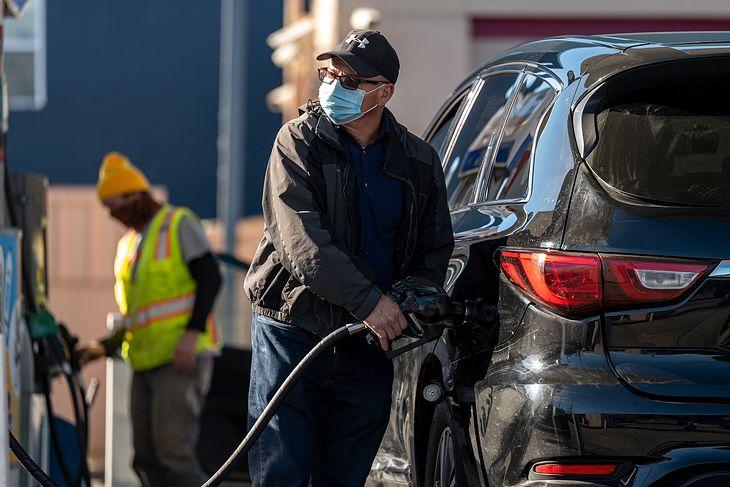 Na stacjach paliw i parkingach obowiązuje noszenie masek i utrzymania dystansu