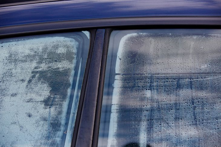 Wilgoć na szybach to znak, że autem trzeba się zająć