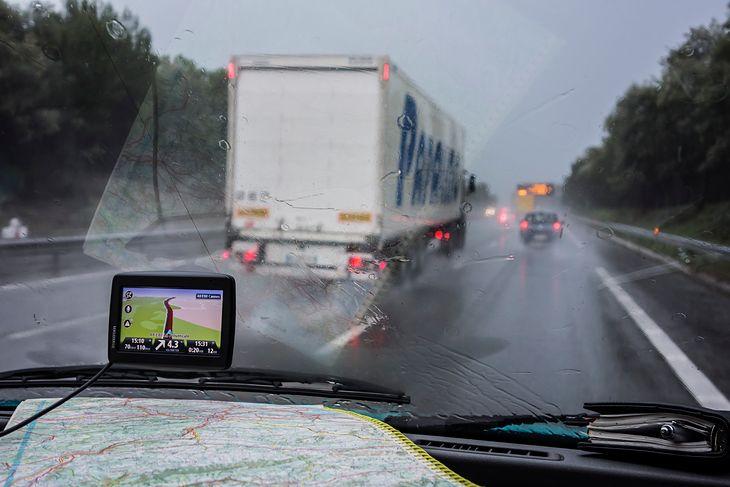 Zakaz wyprzedzania przez ciężarówki mogą ustanawiać zarządcy drogi.