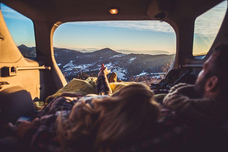 Któż nie chciałby zasnąć z takim widokiem? Warto jednak wiedzieć, gdzie jest to możliwe.