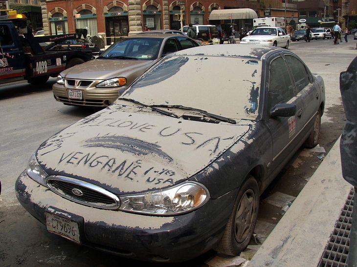 """Auta zaparkowane 11 września 2001 w pobliżu World Trade Center zostały zniszczone, ale te """"porozrzucane"""" po mieście jeszcze długo przypominały o tragedii"""