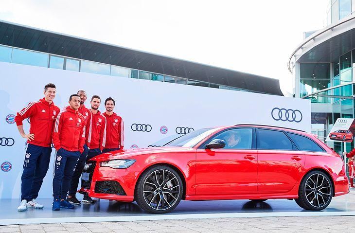 Światowej klasy piłkarze nie zawsze kupują sobie samochody. Robert Lewandowski jeździł modelami Audi w ramach kontraktu.