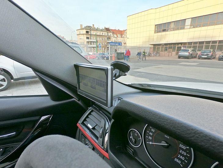 Ekran montuje się na przyssawce jak nawigację