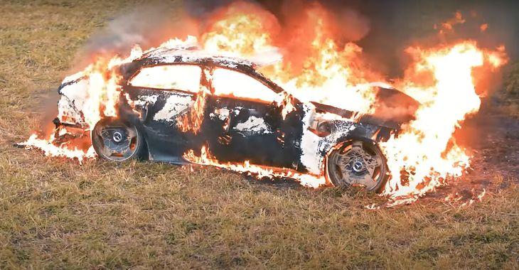 Mercedes-AMG GT 4-door spalony przez rosyjskiego youtubera (fot. ЛИТВИН/Youtube)