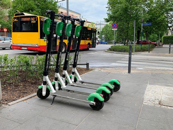 Poza specjalnymi strefami takie parkowanie nie będzie już możliwe. Nie każdy będzie też mógł pojechać elektryczną hulajnogą