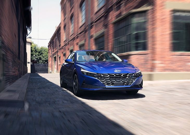 Nowa Elantra wygląda nowocześnie, ale to dość proste auto.