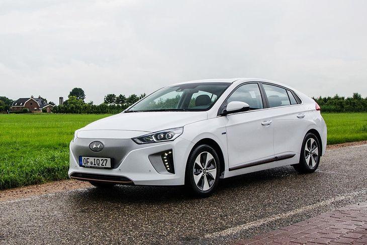 Biały Ioniq Electric to zdecydowanie bardziej zachowawcze auto niż BMW i3.