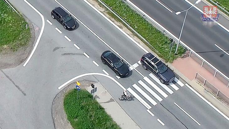 Omijanie samochodu, który zatrzymał się, by przepuścić pieszego, to śmiertelnie niebezpieczne zachowanie