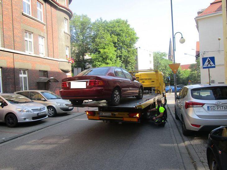 Odholowane pojazdy po pewnym czasie mogą przejść na własność gminy, a następnie - trafić na licytację.