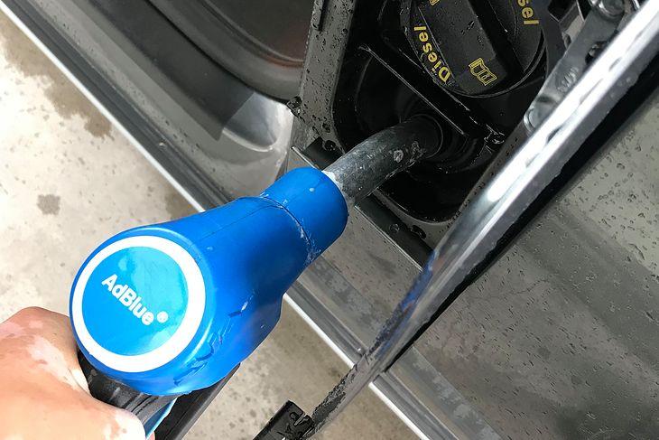 Coraz częstszy, a za kilka lat stanie się to powszechny widok na stacjach paliw. Wiele diesli ma już system SCR, który potrzebuje AdBlue.