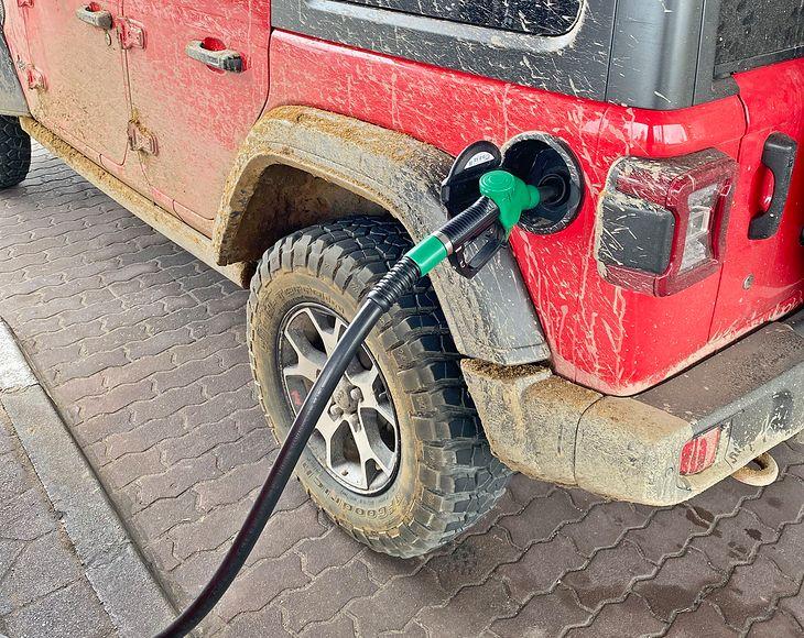 Na benzynie można stracić lub zyskać nawet 1,44 zł za litr. Wystarczy tankować w innej gminie.