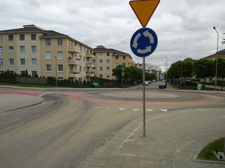 Czerwony pas przeznaczony specjalnie dla rowerów ma przypominać kierowcom o obowiązujących przepisach.