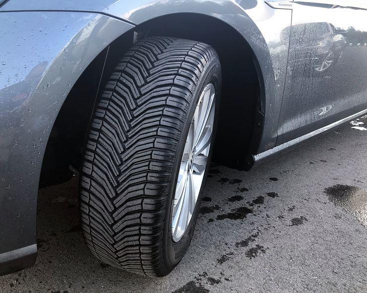 Opony całoroczne cieszą się coraz większą popularnością. Niektórzy kierowcy zarzekają się, że już nigdy nie kupią zimowych.