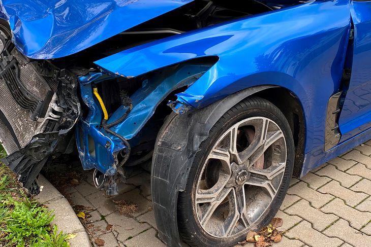 Oszuści polują na swoje ofiary na skrzyżowaniach równorzędnych i rondach. Lepiej być nieufnym wobec takich, którzy przepuszczają mając pierwszeństwo przejazdu.