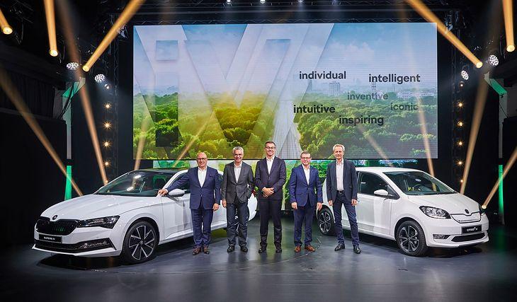 Zelektryfikowane Skody wraz ze swoimi twórcami. Pierwszy od lewej stoi prezes marki Bernhard Maier, pośrodku dyrektor sprzedaży Alain Favey, po prawej dyrektor techniczny Christian Strube (fot. Skoda)