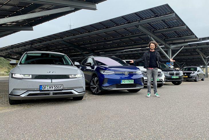 Na nadmorskim parkingu w Bloemendaal - pod panelami słonecznymi, które napędzają auta przyjeżdżających tu turystów
