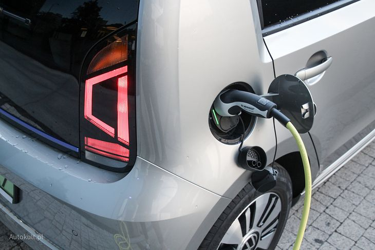 Liczba aut elektrycznych w Polsce jest niewielka, tak samo jak ładowarek