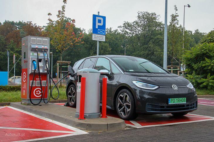 Punkt ładowania pojazdów elektrycznych na stacji paliw Orlen (fot. Michał Zieliński)