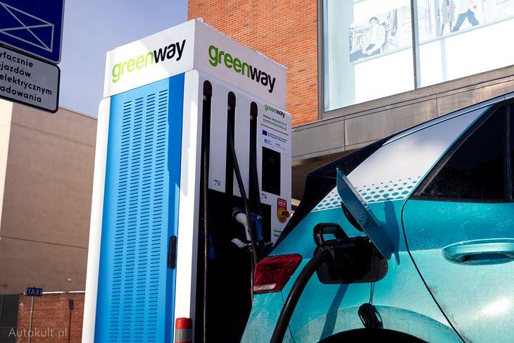 Ładowanie na stacjach takich jak ta, o mocy 90 kW, może być teraz droższe.