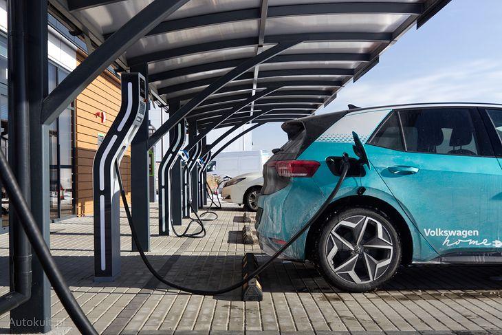 Bez łatwego dostępu do stacji ładowania auta na prąd stają się mało użyteczne, a hybrydy plug-in palą i emitują znacznie więcej, niż wynika to z katalogów.