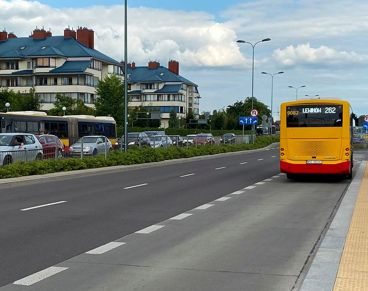 Autobus nie musi wyjeżdżać z zatoki, by zaistniał obowiązek ułatwienia mu włączenia się do ruchu.