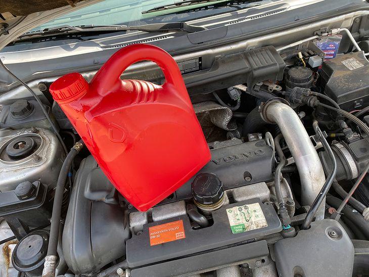 """W starym silniku """"jakikolwiek"""" olej nie zaszkodzi w niedużej ilości. W nowym jednak może."""