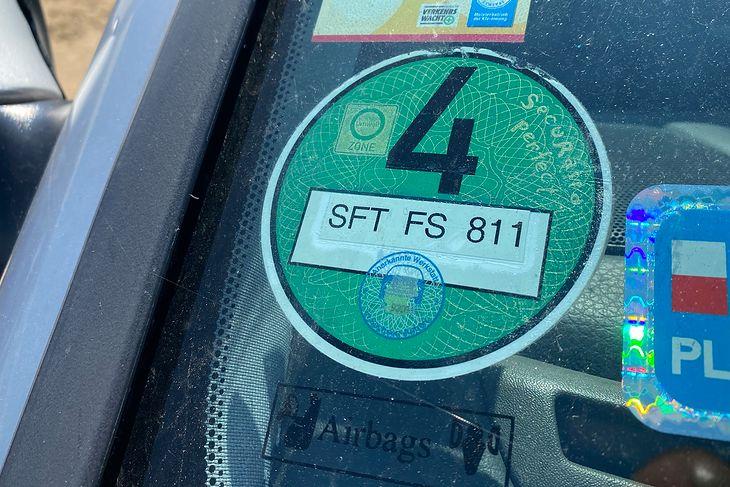 """""""Zielone"""" samochody w Niemczech mają zielone naklejki, które pozwalają wjechać w strefy niskoemisyjne"""