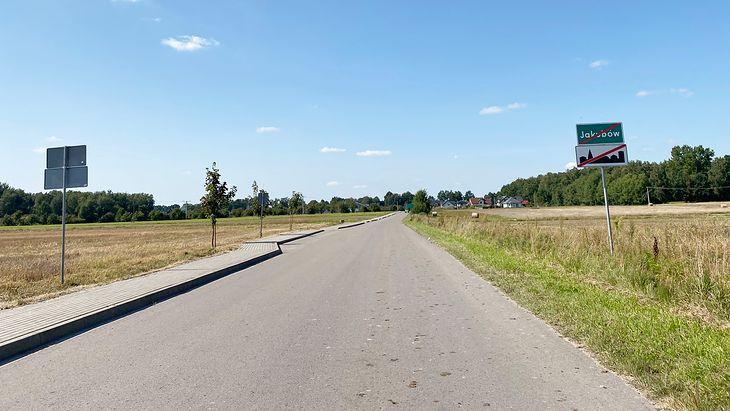 Mijając znak po prawej, wyjeżdżacie z obszaru zabudowanego, ale kierowcy jadący z naprzeciwka cały czas są w obszarze zabudowanym. Skomplikowane? To czytajcie dalej