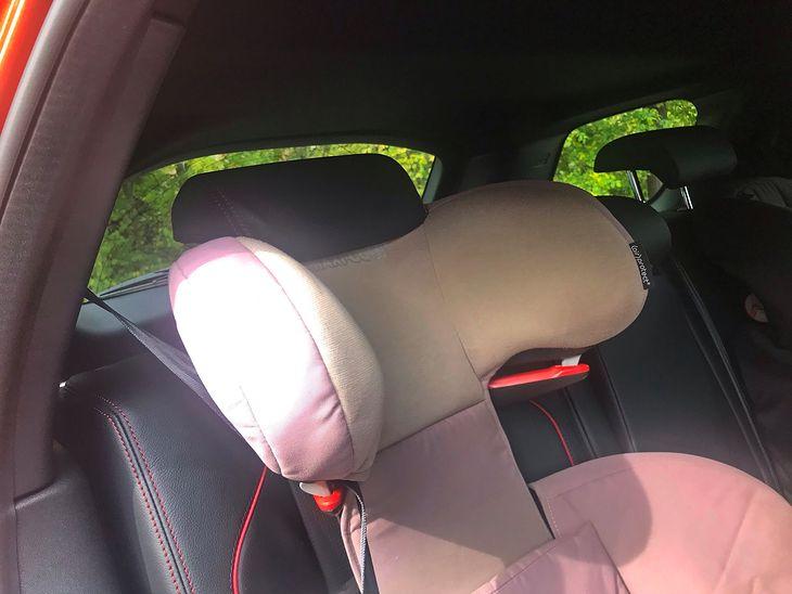 Проблема начинается, когда ребенок довольно стар.  Когда подголовник сиденья поднят, он либо упирается в подголовник, а спинка сиденья находится в вертикальном положении, либо подголовник необходимо снять.  В этом автомобиле нельзя снимать подголовник сиденья, но это крепление не допускается.  Сиденье должно следовать за ребенком в случае аварии.