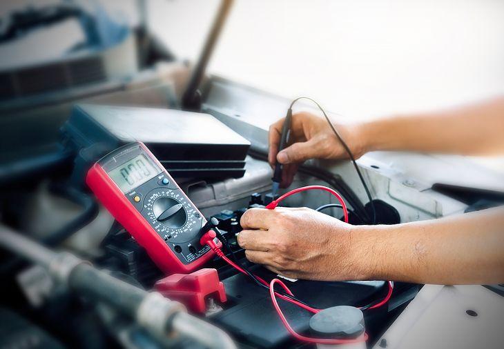 Miernik uniwersalny świetnie sprawdza się w diagnozowaniu problemów z regulatorem napięcia czy akumulatorem samochodu