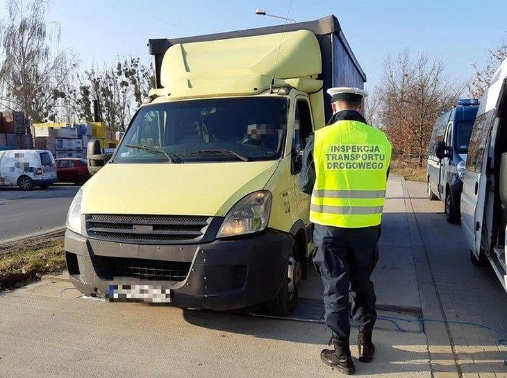 """W 2019 r. kierowcę tego """"dostawczaka"""" przyłapano z ładunkiem 5 t. Okazało się, że w 2017 r. ten sam samochód przyłapano z ładunkiem o wadze 4 t. To norma na polskich drogach"""