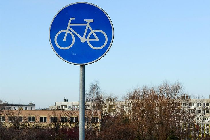 Jednym z najpopularniejszych znaków nakazu w Polsce jest znak C-13, który informuje o drodze dla rowerzystów