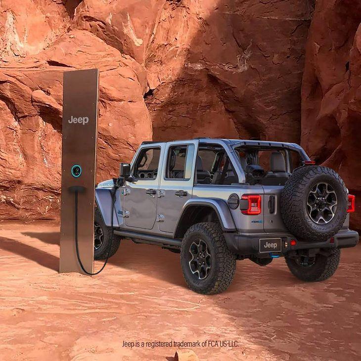 Jeep szybko podchwycił temat, sugerując, że monolit to stacja ładowania.