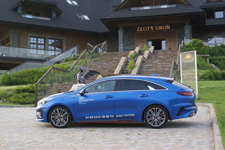 Kia ProCeed GT 1.6 T-GDI 204 KM 7DCT przy hotelu Złoty Groń w Istebnej