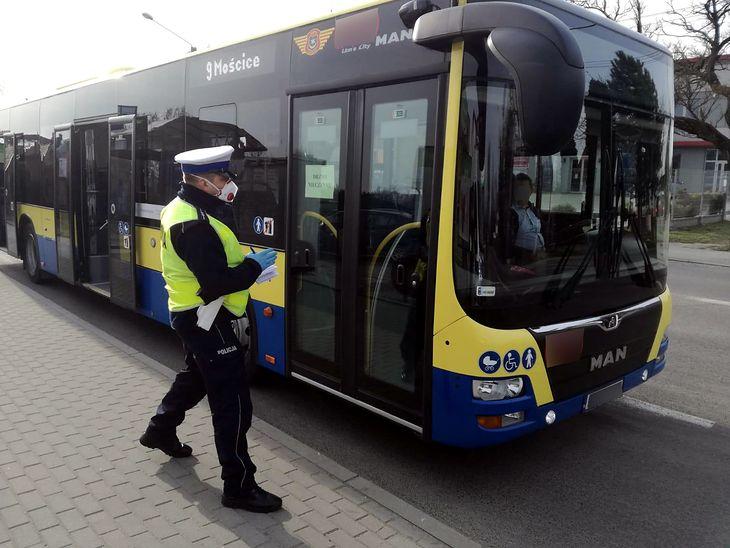 Zwykle zadaniem policji było sprawdzanie stanu technicznego autobusów. Pandemia to zmieniła