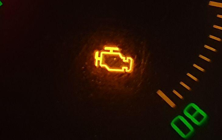"""Kontrolka """"check engine"""" odpowiada za informowanie o awarii dotyczącej bezpośrednio silnika"""