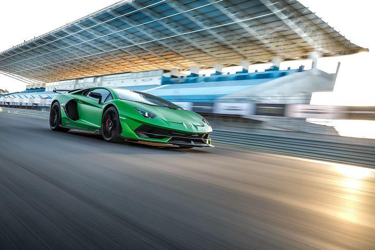 Aventador SVJ jest piekielnie szybkim autem. Lepiej, by przy dużych prędkościach nic z niego nie odpadało.