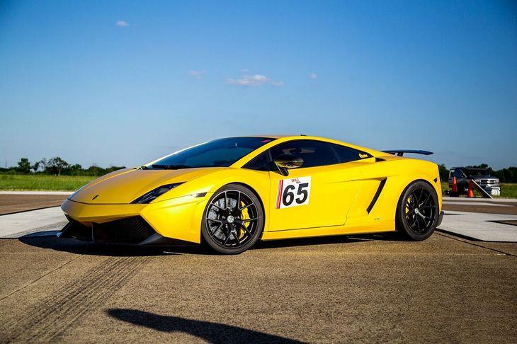 Gallardo wygląda dość zwyczajnie jak na pojazd zdolny przyspieszać 100-200 km/h w czasie poniżej 2 sekund.