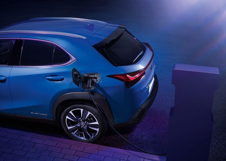Moc szybkiego ładowania UX 300e wynosi do 50 kW, zaś standardowa moc - 6,6 kW