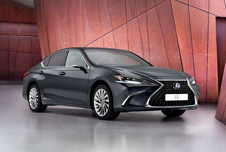Zmiana wypełnienia grilla i kosmetyka reflektorów dały zaskakująco duże różnice względem starszego Lexusa ES