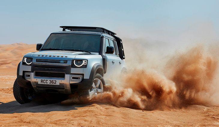 Nowy Land Rover Defender doskonale łączy cechy samochodu terenowego i SUV-a.