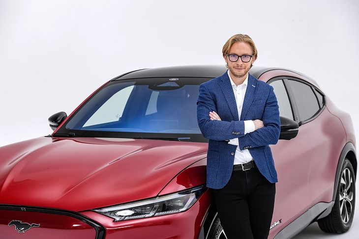 Piotr Pawlak, dyrektor zarządzający Ford Polska, i Ford Mustang Mach-E