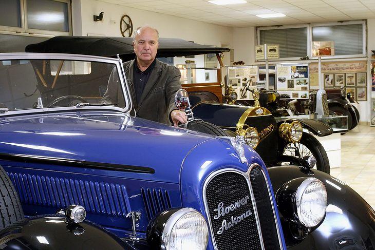 Samochody marki Stoewer ze swoim dotychczasowym właścicielem, Manfriedem Bauerem (fot. Muzeum Techniki i Komunikacji - Zajezdnia Sztuki w Szczecinie)