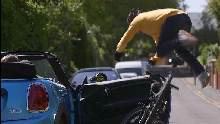 Zmiana sposobu wysiadania z auta może zapobiec takim sytuacjom.