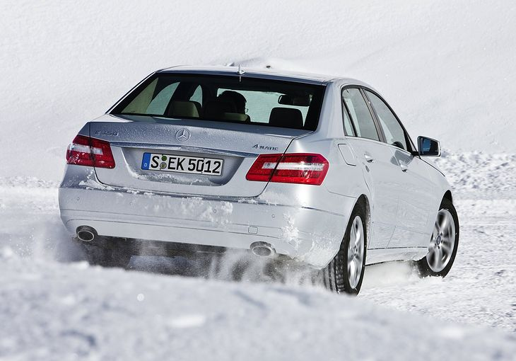 Najłatwiej po śniegu jeździ się z napędem na cztery koła. Co nie zmienia faktu, że pewnych zasad trzeba przestrzegać.