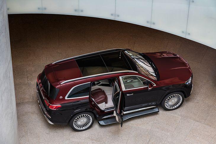 Choć jest SUV-em, raczej będzie traktowany jak limuzyna. Skupiono się tu głównie na tylnej części pojazdu, choć szofer też nie może narzekać.