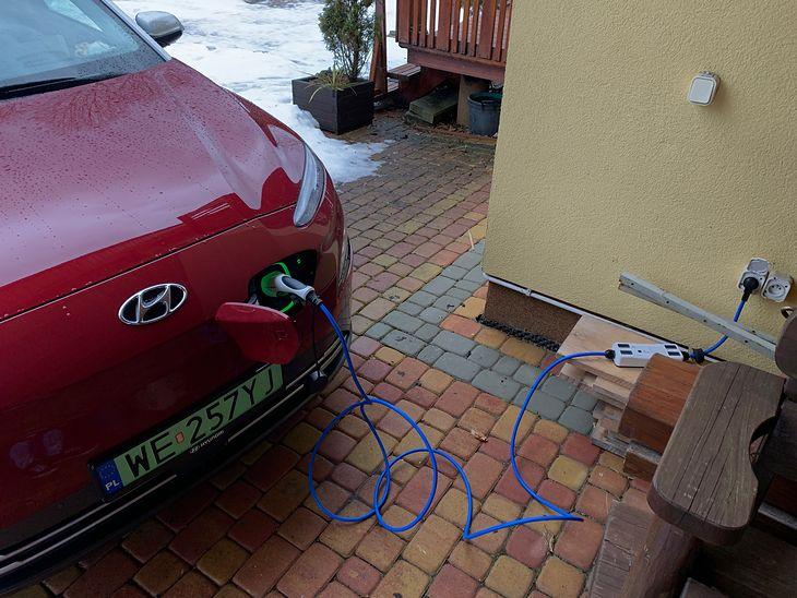 Ładowanie auta w domu pozwala zaoszczędzić sporo pieniędzy.