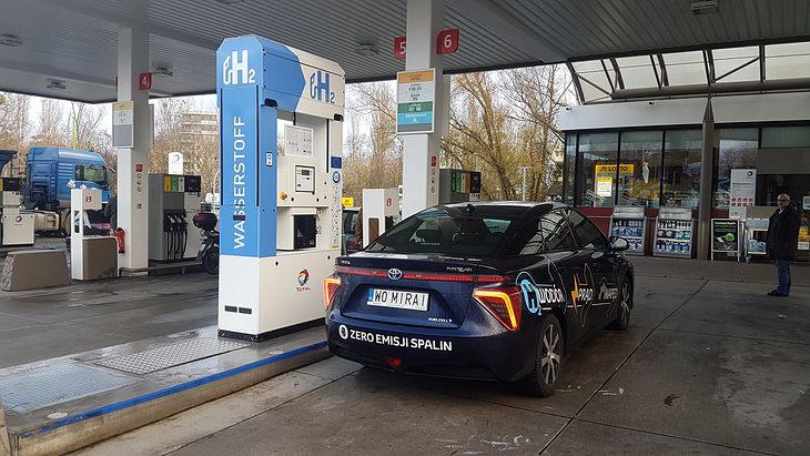 """""""Polska"""" Toyota Mirai na stacji ładowania wodoru w Berlinie. Niedługo właściciel tego auta będzie mógł je zatankować w kraju."""