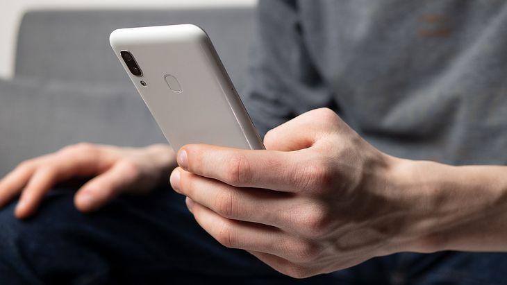 Oszuści rozsyłają SMS-y o niezapłaconym mandacie. Policja apeluje o ostrożność.