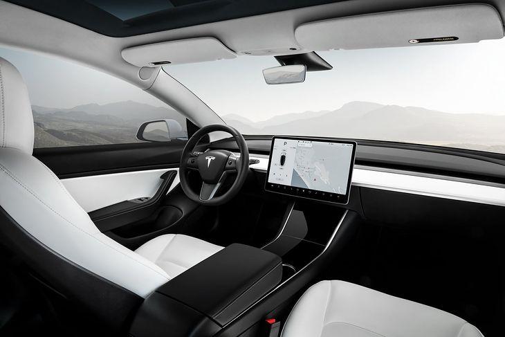 Elon Musk doskonale wie jak właściwie wykorzystać duże ekrany we wnętrzach Tesli.